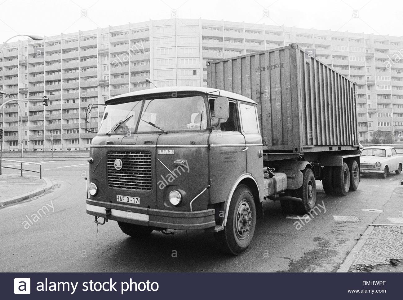 A truck of the tschechoslowakischen utility vehicle manufacturer LIAZ of the type Skoda 706 RT with an oversea container on the Lichtenberger street in Berlin, the former capital of the GDR, German democratic republic. Foto: Heinz Schönfeld - Stock Image