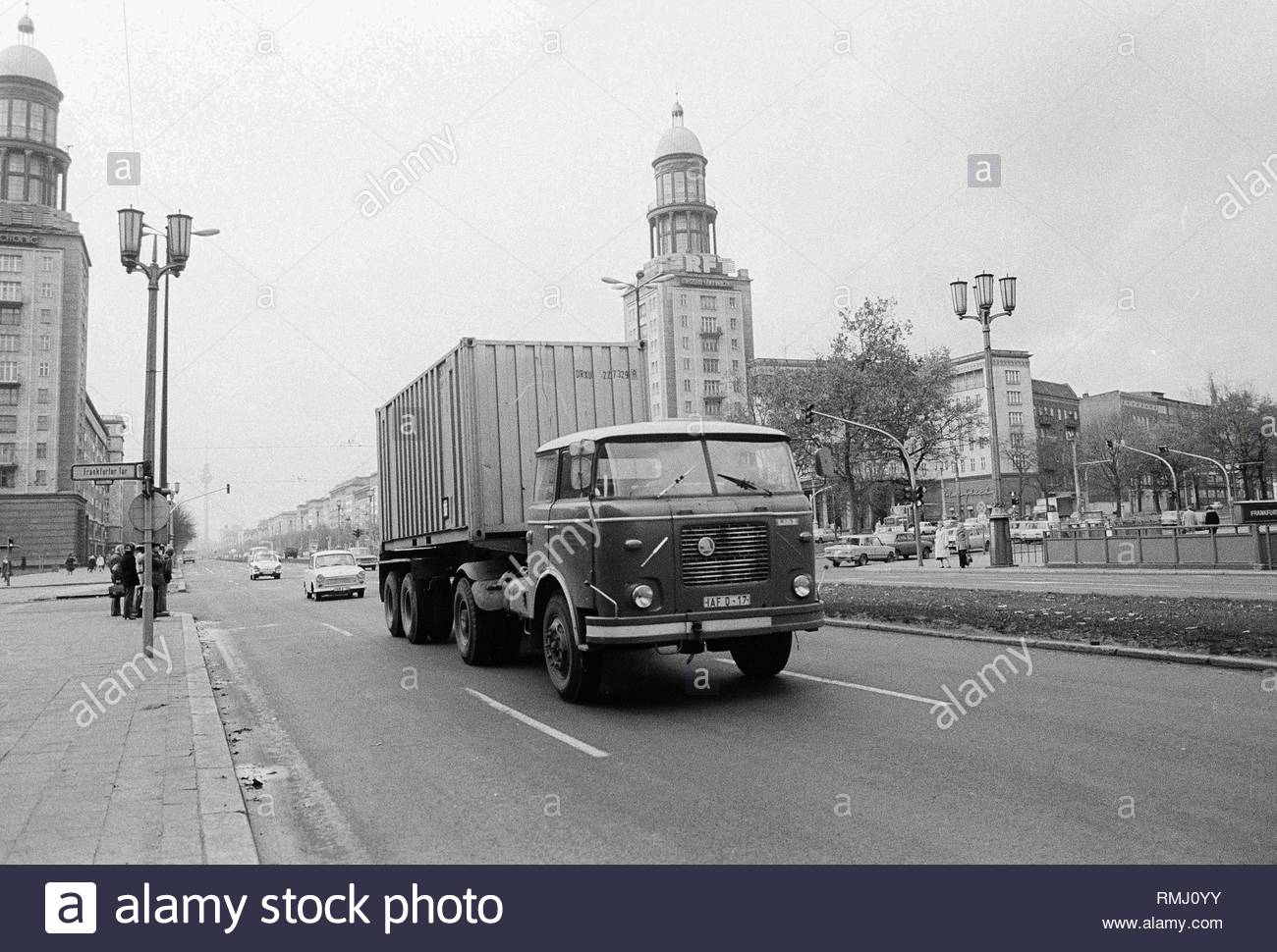 A truck of the tschechoslowakischen utility vehicle manufacturer LIAZ of the type Skoda 706 RT with an oversea container on the Frankfurt avenue in Berlin, the former capital of the GDR, German democratic republic. Foto: Heinz Schönfeld - Stock Image