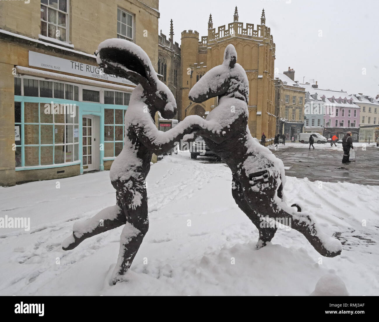 Sophie Ryder rabbit sculpture, in winter snow Cirencester town centre, Gloucestershire, South West England, UK - Stock Image