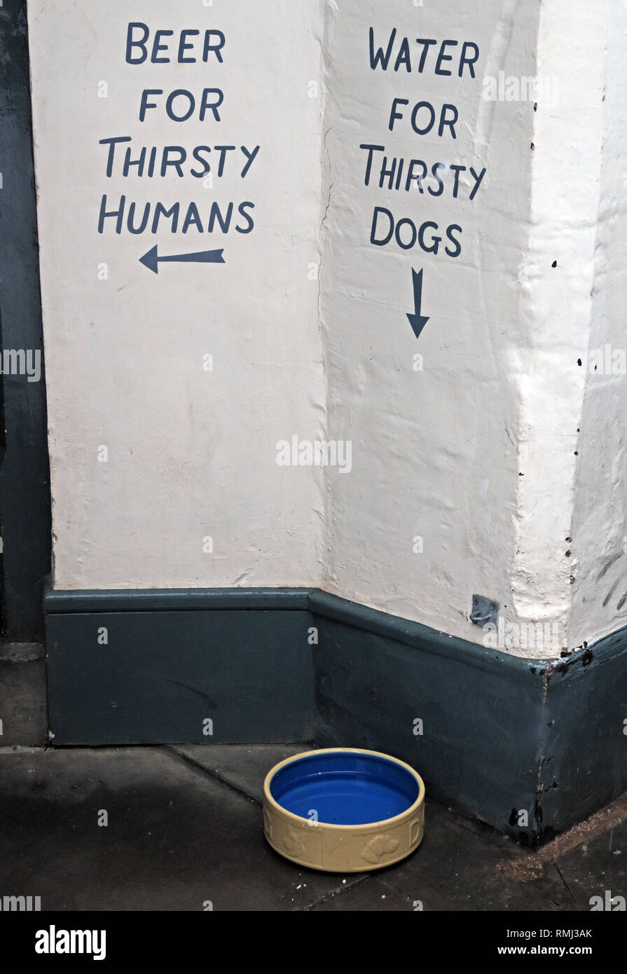 Beer For Thirsty Humans, Water for Thirsty Dogs sign, Cirencester town centre, Gloucestershire, Cotswolds, South West England, UK - Stock Image