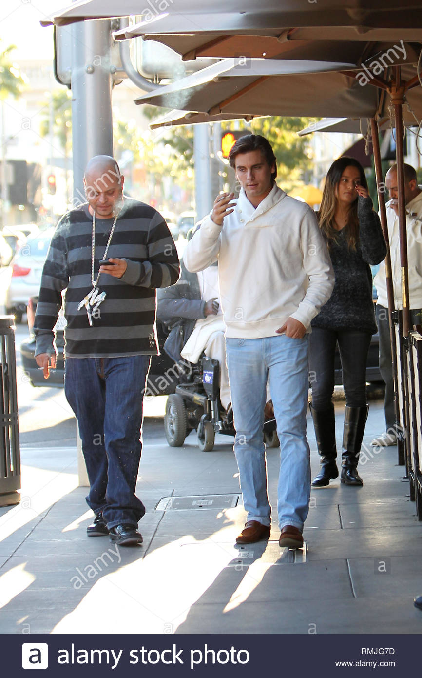 0547b1883f848 Beverly Hills, CA - Scott Disick has lunch with a couple friends and ...