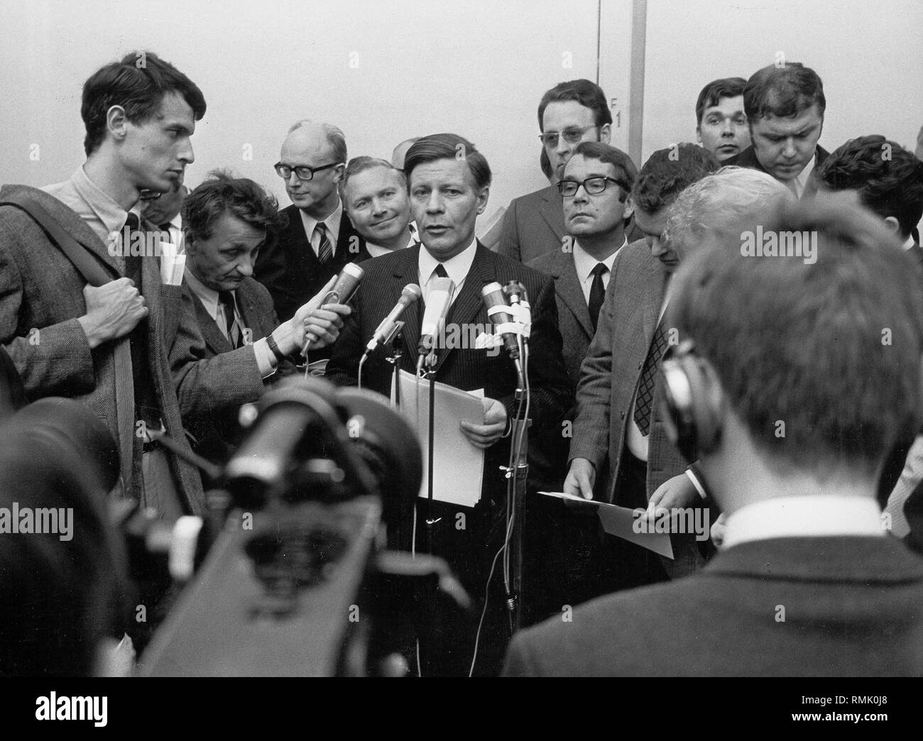 Chairman of the SPD-Bundestagfraktion (faction of a parliamentary party in the German Bundestag), Helmut Schmidt (center), gives a statement on the new cabinet list of the SPD to the press after the formation of government by Chancellor Willy Brandt. - Stock Image