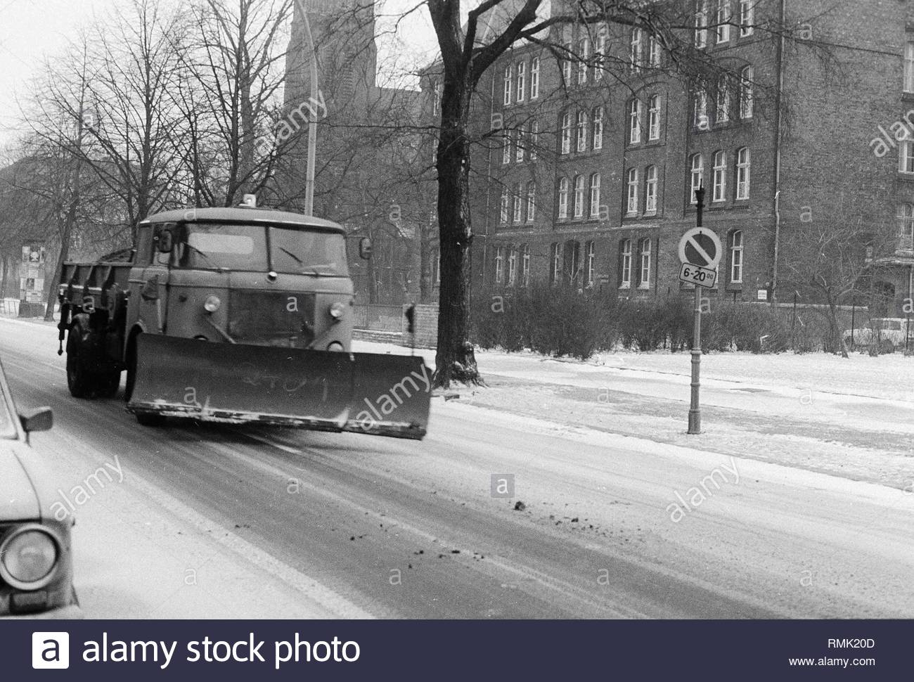 A removing vehicle / snowy racketeer in use application on the streets in Berlin, the former capital of the GDR, German democratic republic. Foto: Heinz Schönfeld - Stock Image