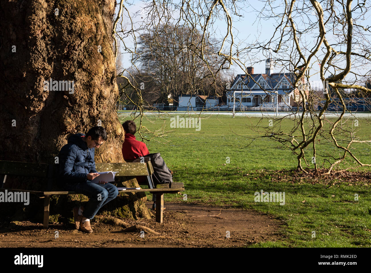 Students on a bench, Oxford University Parks in Winter - Stock Image