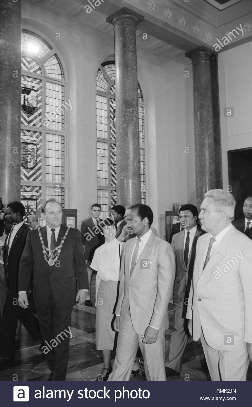 State visit of the President of Mozambique Joaquim Alberto Chissanon in the Red City Hall of Berlin, the former capital of the GDR, German Democratic Republic. In the picture with the Lord Mayor of East Berlin Erhard Krack. Foto: Burkhard Lange - Stock Image