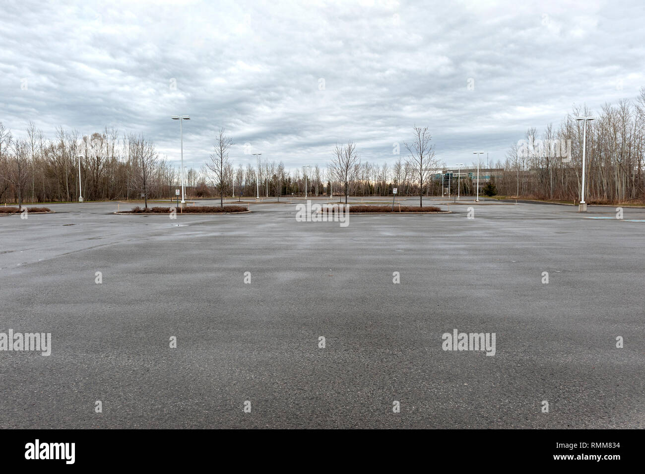 Low angle view of a large empty parking lot - Stock Image