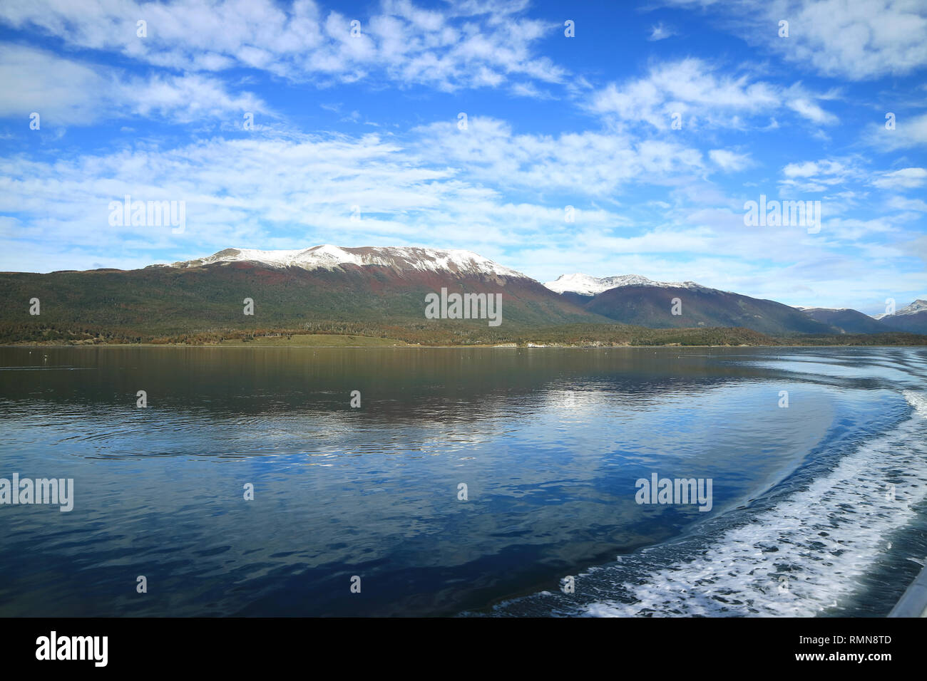 Curve line of water foam at the stern of cruise ship cruising the Beagle channel, Patagonia, Argentina - Stock Image