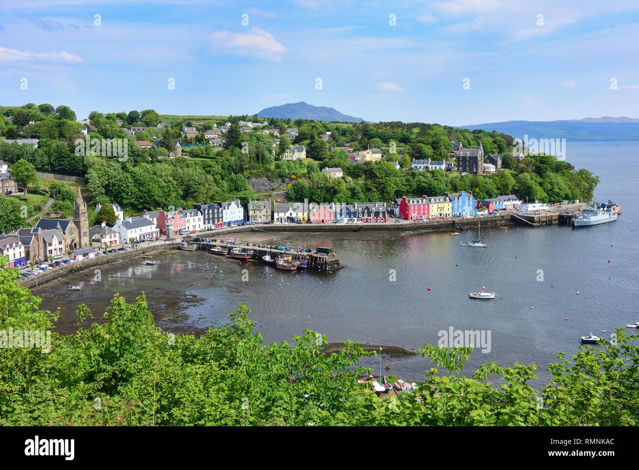 Colourful houses and fishing boats on quayside, Tobermory, Isle of Bute, Inner Hebrides, Argyll and Bute, Scotland, United Kingdom - Stock Image