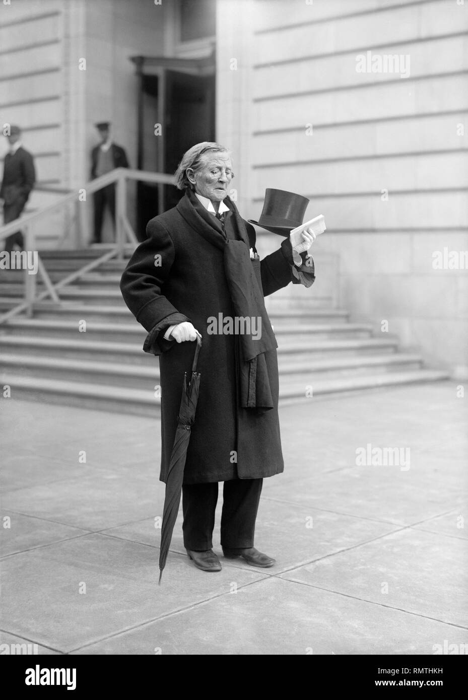 Doctor Mary Edwards Walker, only Female Recipient of Medal of Honor, Full-Length Portrait with Umbrella and Top Hat, Washington DC, USA, Harris & Ewing, 1911 - Stock Image