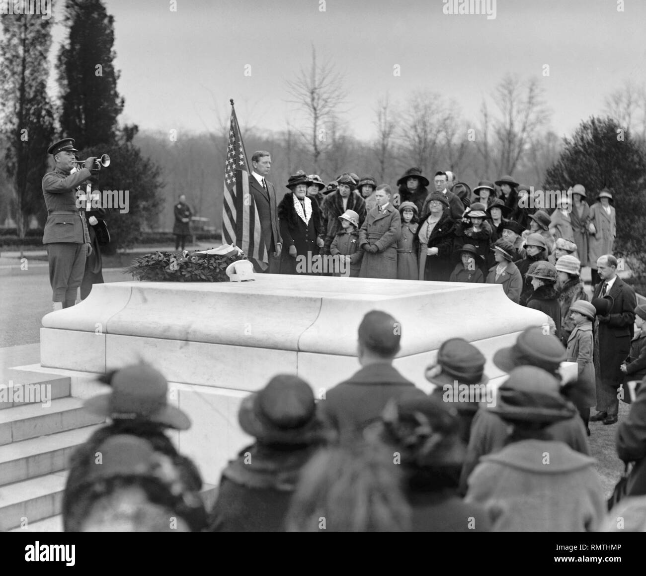 Children of American Revolution at Tomb of Unknown Soldier, Arlington National Cemetery, Arlington, Virginia, USA, National Photo Company, April 16, 1923 - Stock Image