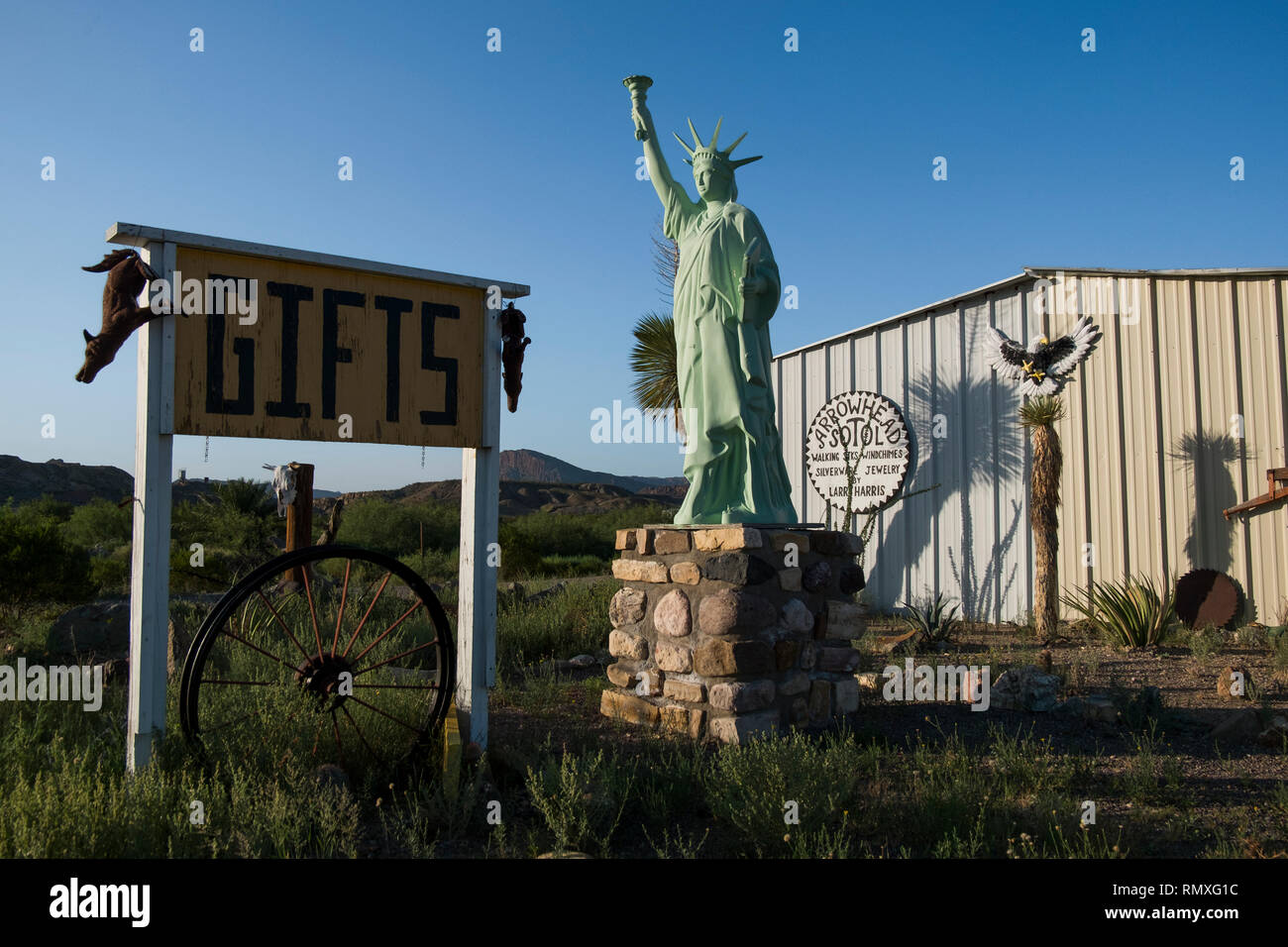 A kitschy replica of the Statue of Liberty at a gift shop in West Texas. - Stock Image
