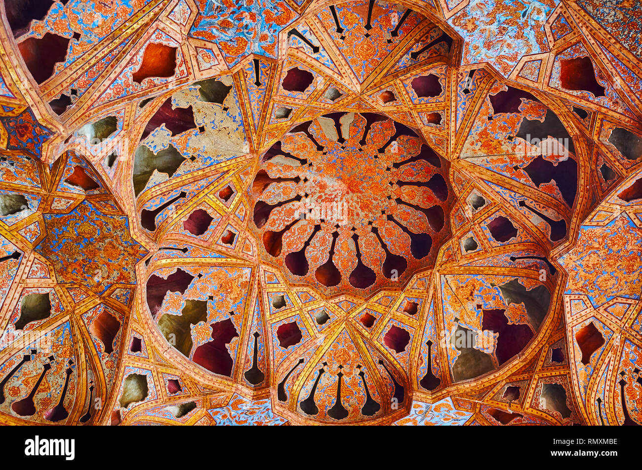 ISFAHAN, IRAN - OCTOBER 21, 2017: The complex dome of Music Hall of Ali Qapu palace decorated with muqarnas, Tong Borie plasterwork technique and fine Stock Photo
