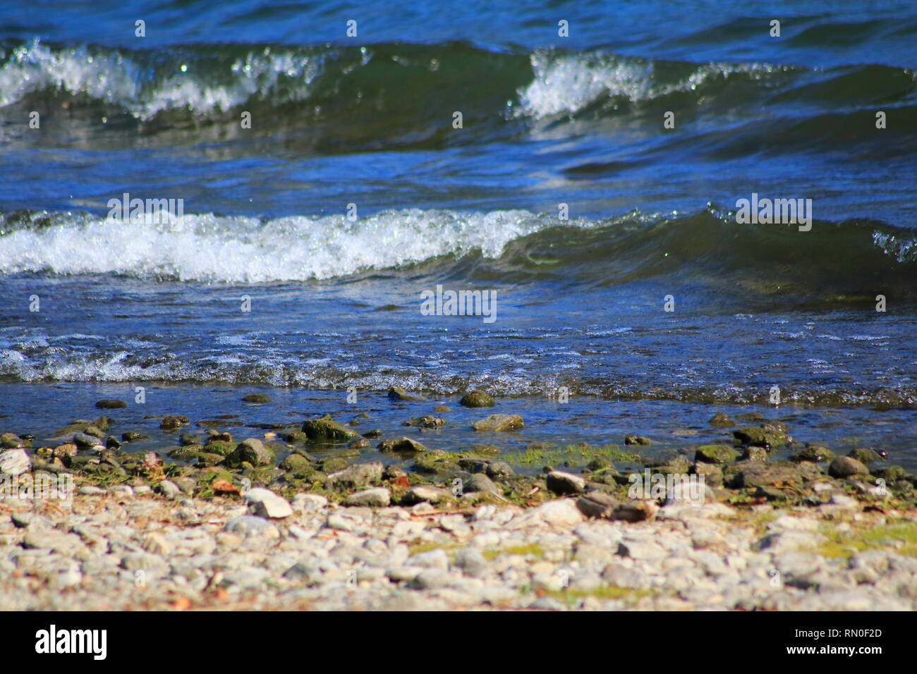 Surfer und Segler am oberen Teil vom Comer See in Italien Stock Photo