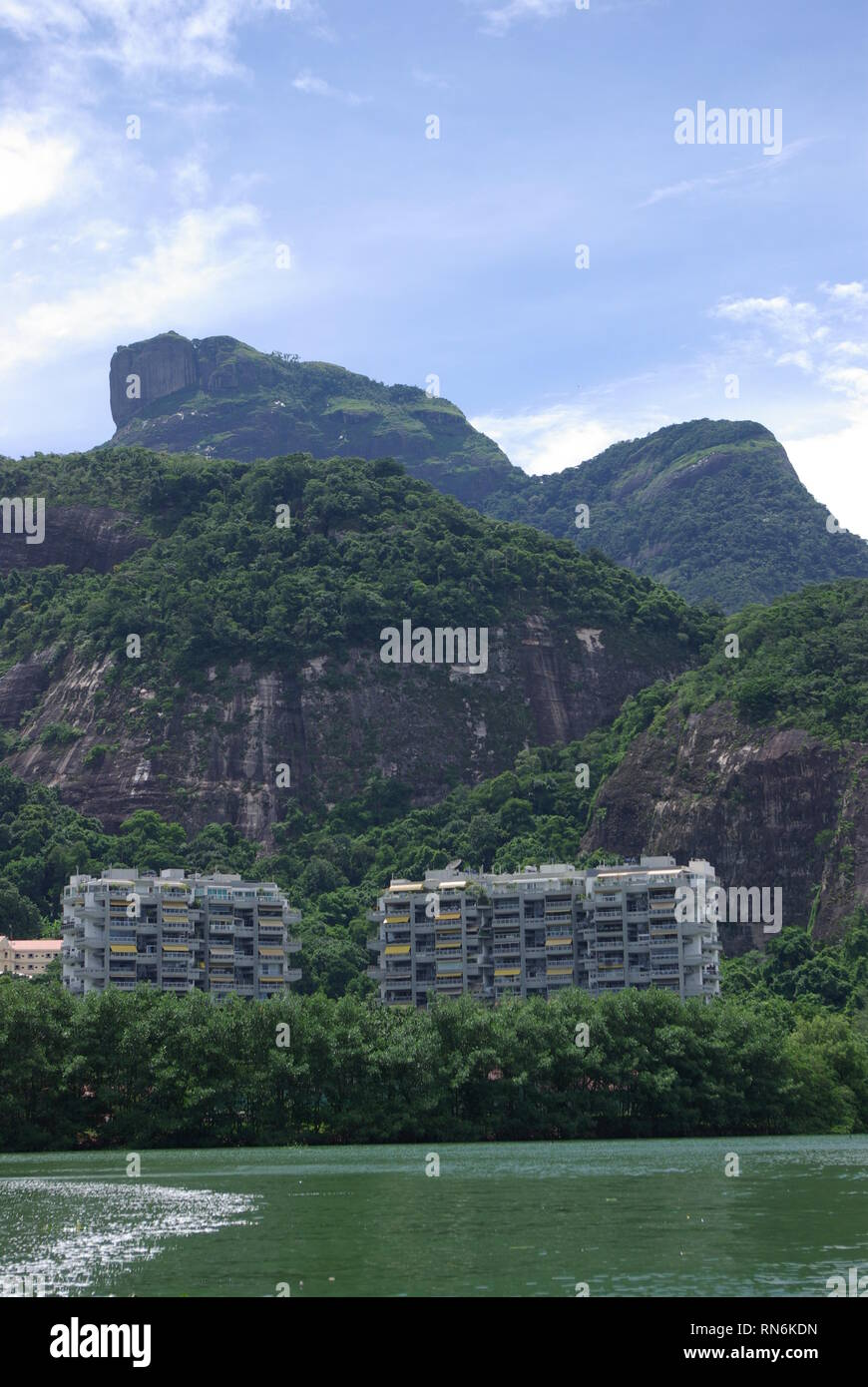 Lagune Tijuca with multistory building and mountain - Stock Image