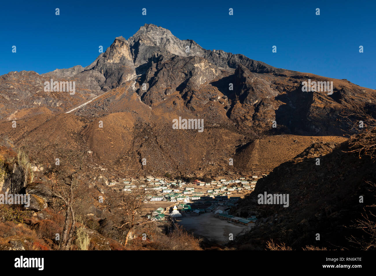 Nepal, Everest Base Camp Trek, Khumjung, elevated view of village below Mount Thame - Stock Image