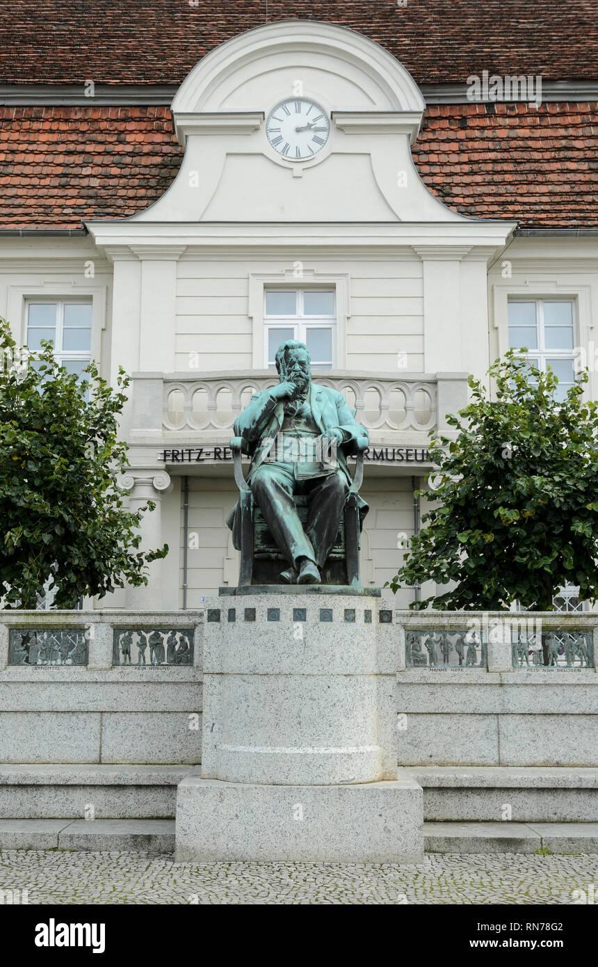 Ehemaliges Rathaus in Stavenhagen (heute Fritz-Reuter-Literaturmuseum) mit Statue ReutersMecklenburg-Vorpommern, Deutschland - Stock Image