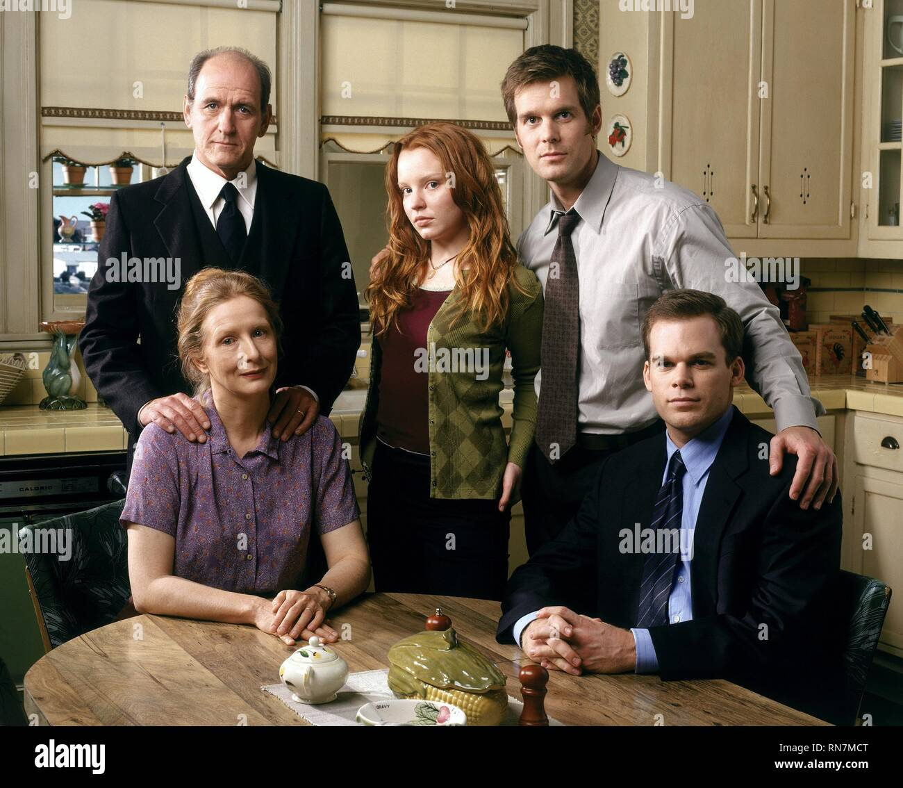 RICHARD JENKINS, FRANCES CONROY, LAUREN AMBROSE, PETER KRAUSE,MICHAEL C. HALL, SIX FEET UNDER, 2001 - Stock Image