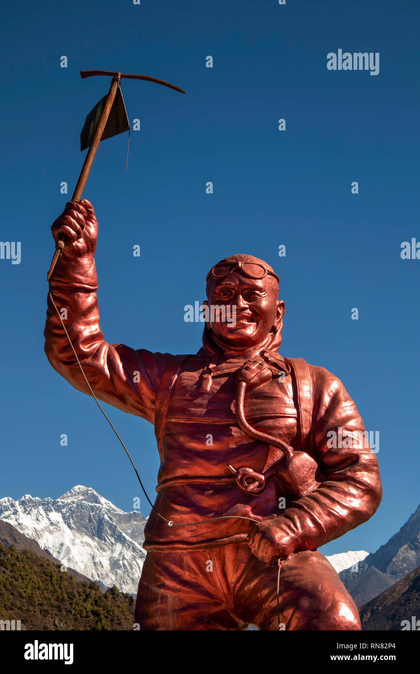 Nepal, Namche Bazaar, Sagarmatha National Park, Visitor Centre, Sherpa Tenzing Norgay memorial statue with Mount Everest behind - Stock Image