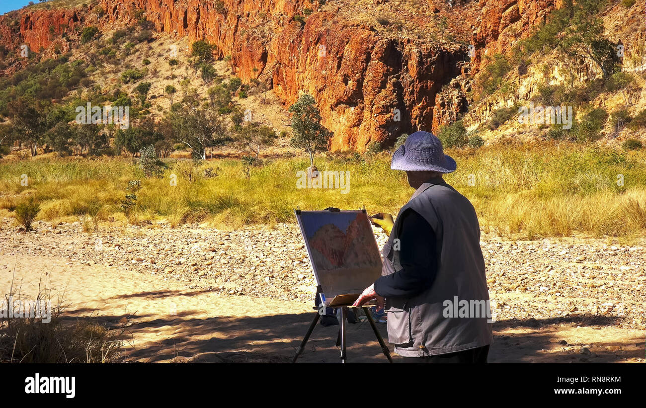 close up of an an artist painting glen helen gorge in the west macdonnell ranges near alice springs - Stock Image
