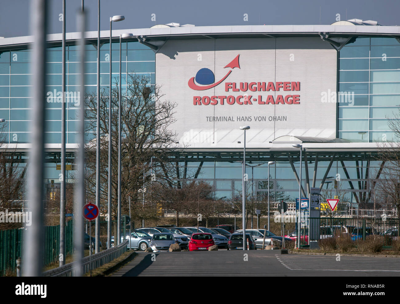 18 February 2019, Mecklenburg-Western Pomerania, Laage: Cars park in front of the check-in hall at Rostock-Laage airport. Following the insolvency of the British regional airline Flybmi and the holiday airline Germania, the airport's shareholders are discussing the economic situation. For the airport Rostock-Laage the Flybmi flights to Munich were the last regular connections. Photo: Jens Büttner/dpa-Zentralbild/ZB - Stock Image