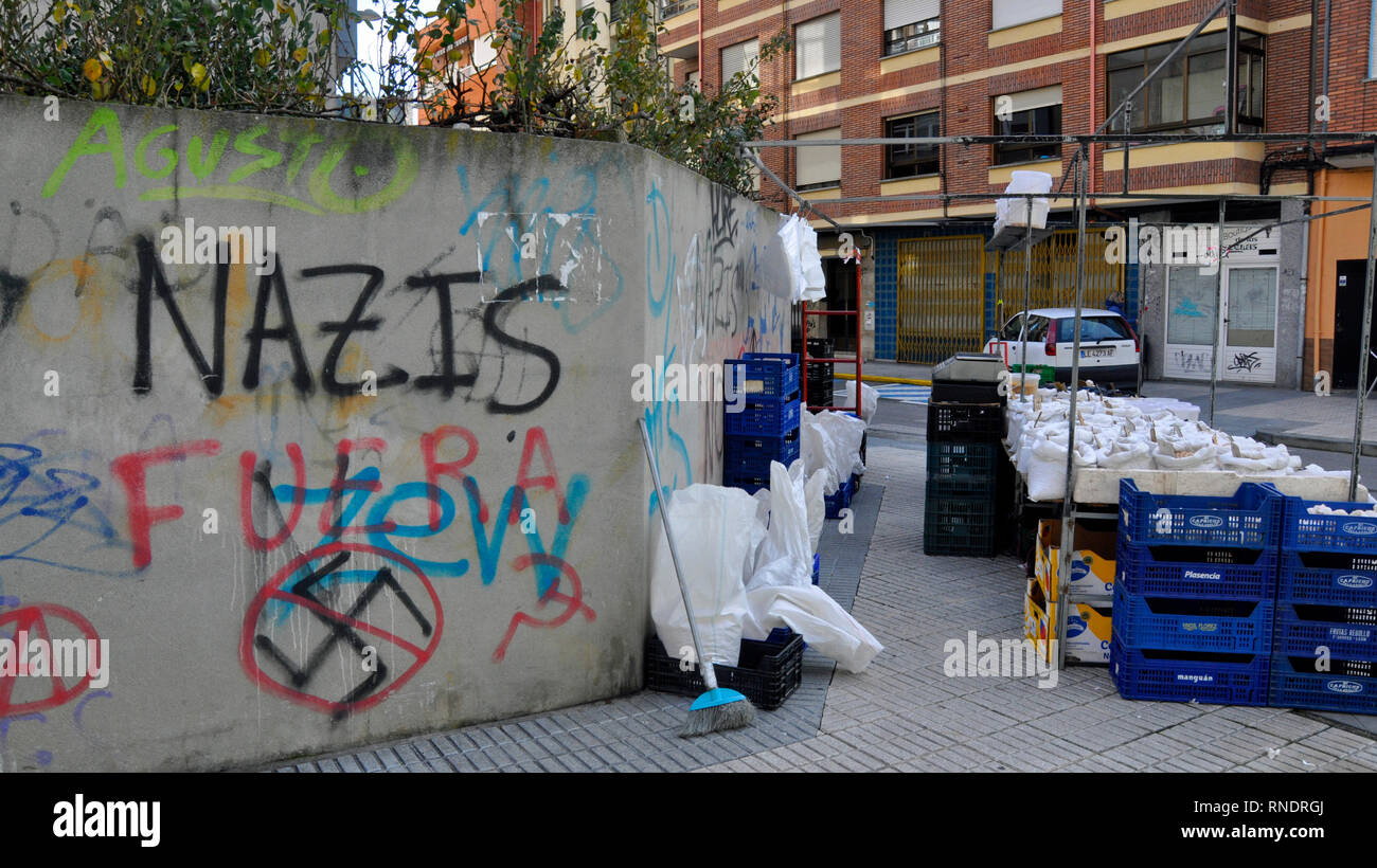 Anti-Jewish Nazi graffiti and swastika on a wall in the pilgrimage city of Ponferrada in the province of León, Spain. - Stock Image