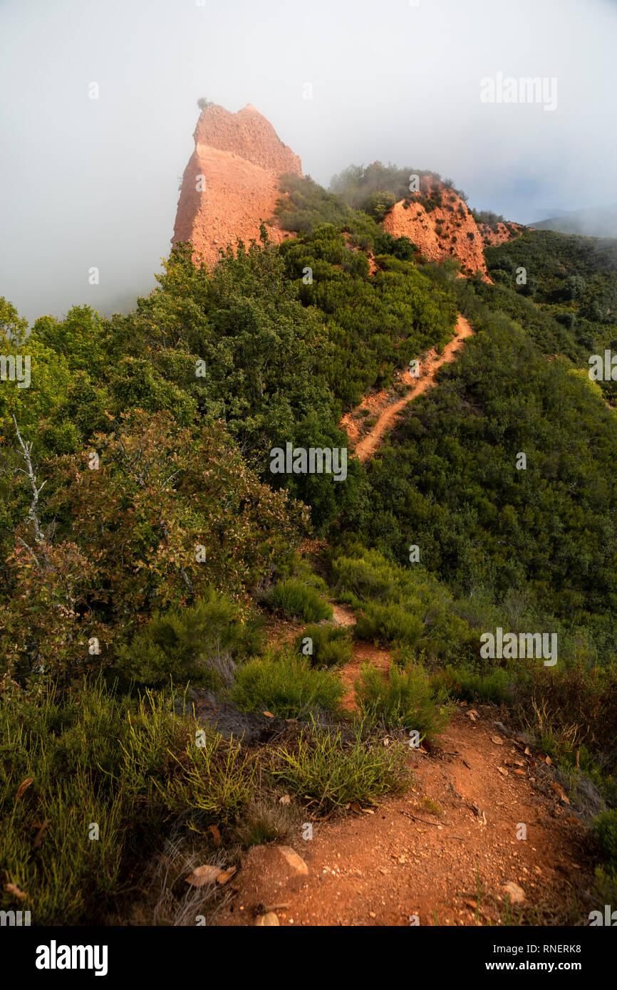Foggy hiking trail in Las Médulas, El Bierzo, Spain - Stock Image