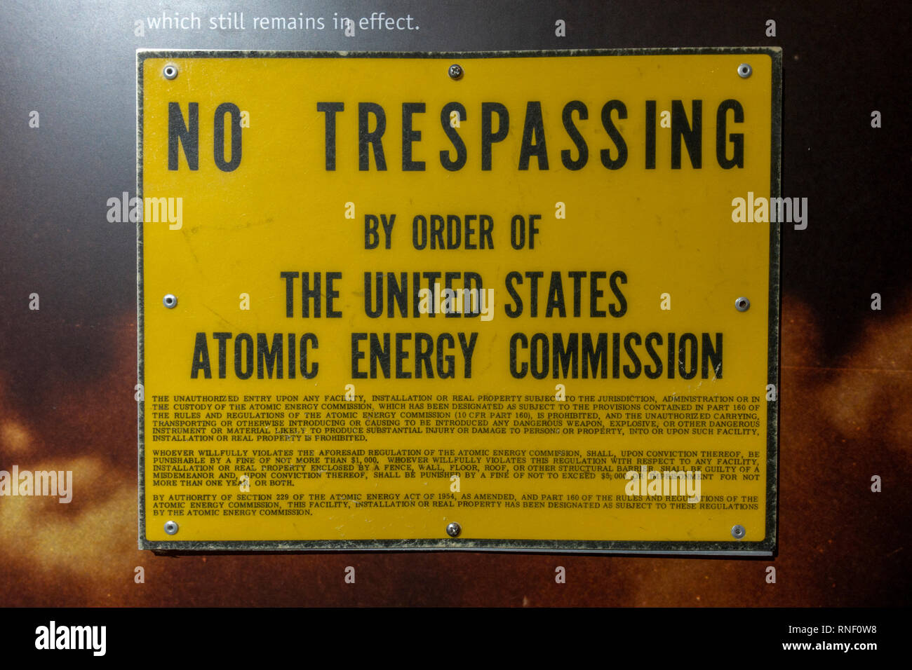 """A """"No Trespassing by Order of the United States Atomic Energy Commission"""" sign, Nevada, United States. Stock Photo"""