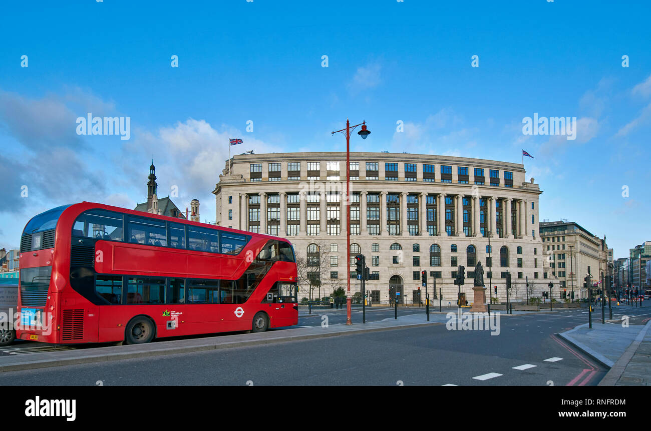LONDON BLACKFRIARS BRIDGE CITY OF LONDON UNILEVER HOUSE AND STATUE OF QUEEN VICTORIA - Stock Image