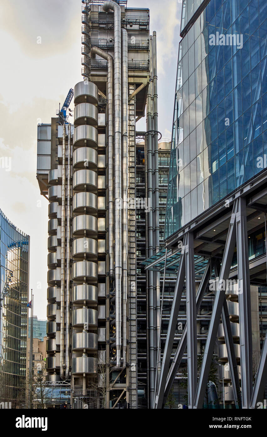 LONDON THE CITY OF LONDON THE LLOYDS BUILDING EXTERIOR IN EARLY MORNING - Stock Image