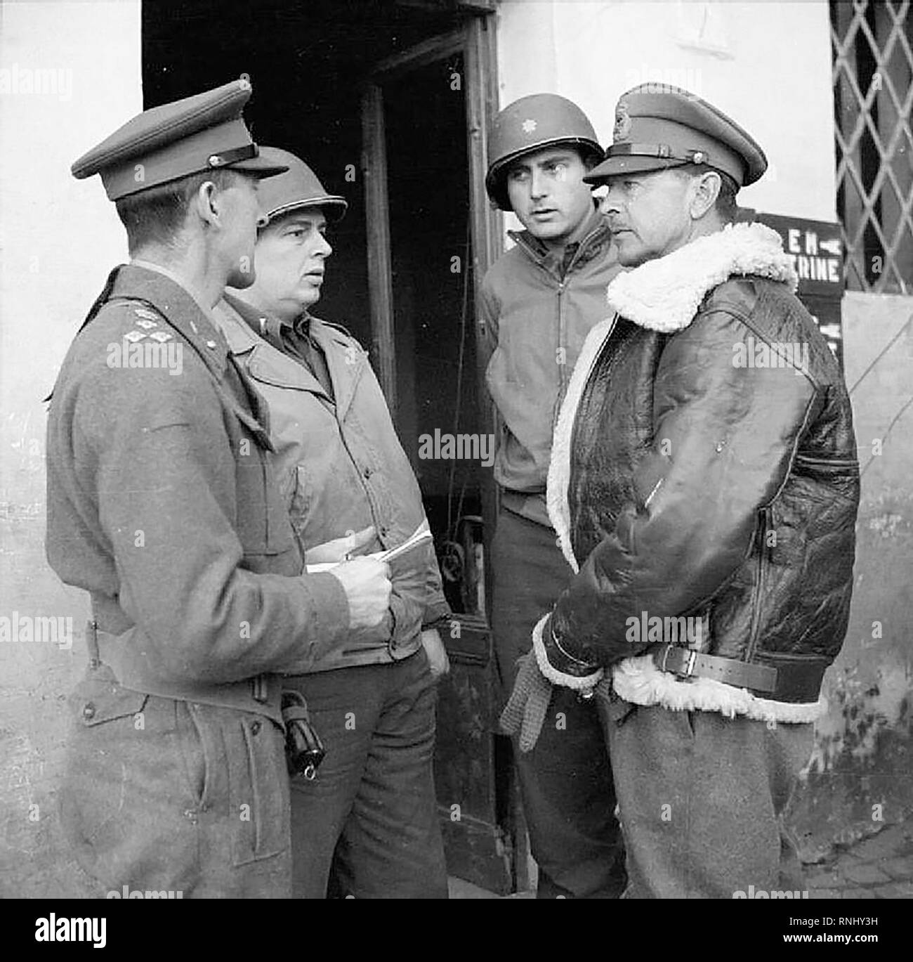 The British Army in Italy 1944 - General Sir Harold Alexander, commanding 15th Army Group, talks to British and American officers in Anzio, 14 February 1944. - Stock Image