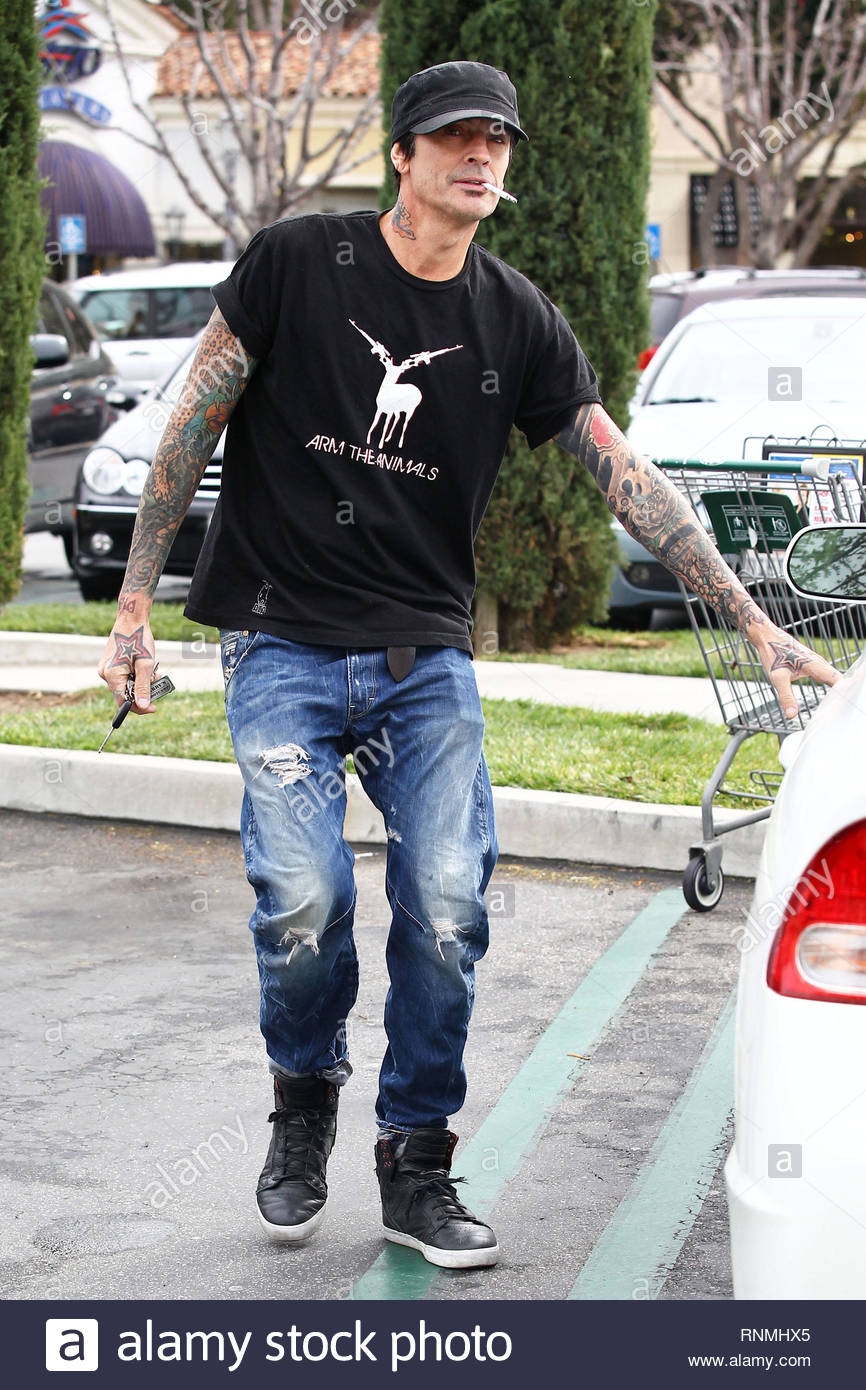 4fc5d35e *EXCLUSIVE* Calabasas, CA - Tommy Lee was seen obeying one law and breaking  another while grocery shopping in Calabasas, California this afternoon.