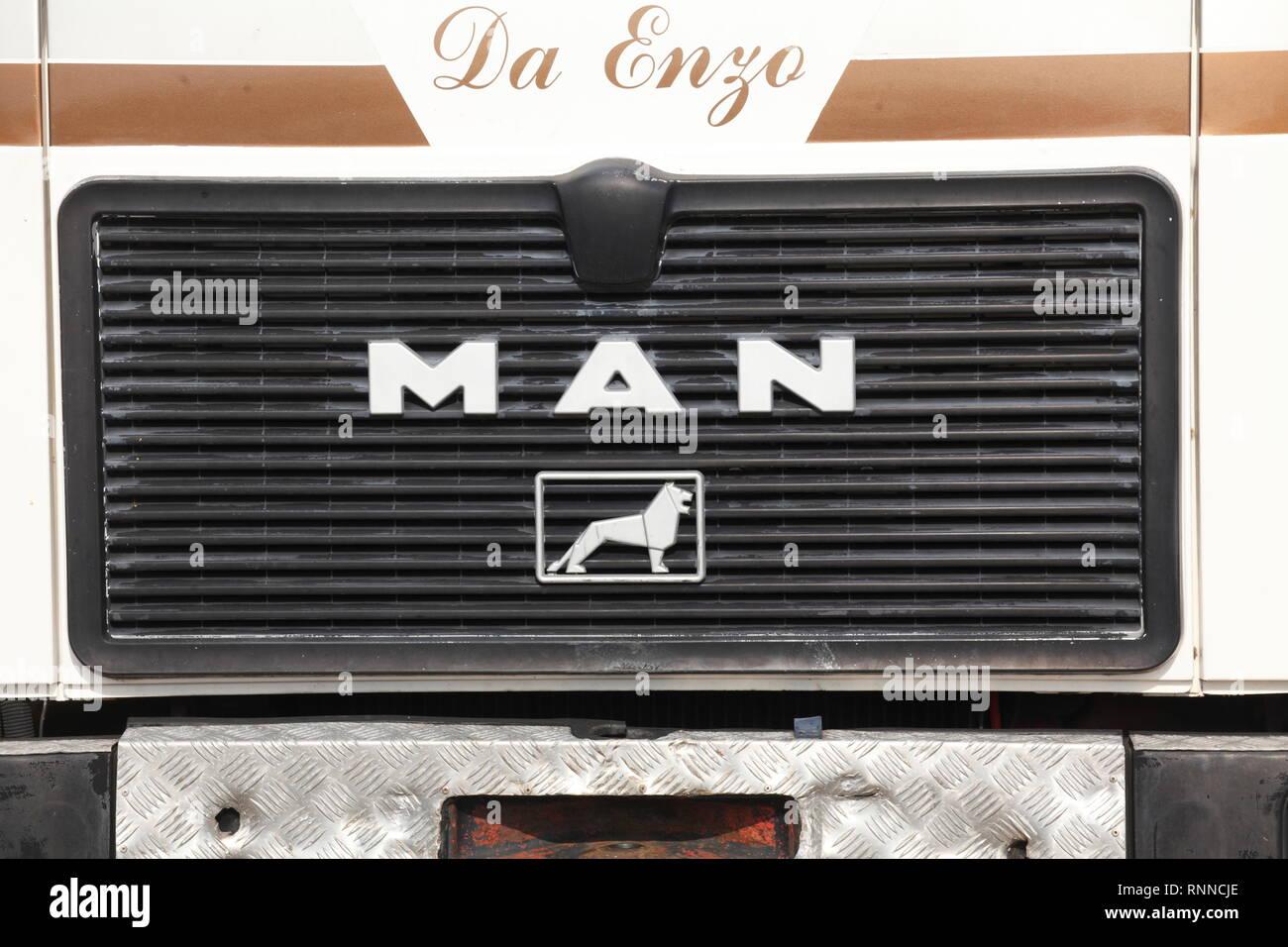 Company logo MAN on the radiator grille of a truck ,, Germany, Europe I Firmenlogo MAN am Kühlergrill eines Lkw,, Deutschland, Europa I - Stock Image
