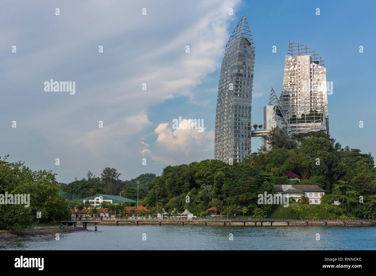 Singapore. Juxtaposition of Old and New: Daniel Libeskind's 'Reflections' in Background vs. Harbourmaster's 1920-era House in foreground on right.  Th - Stock Image