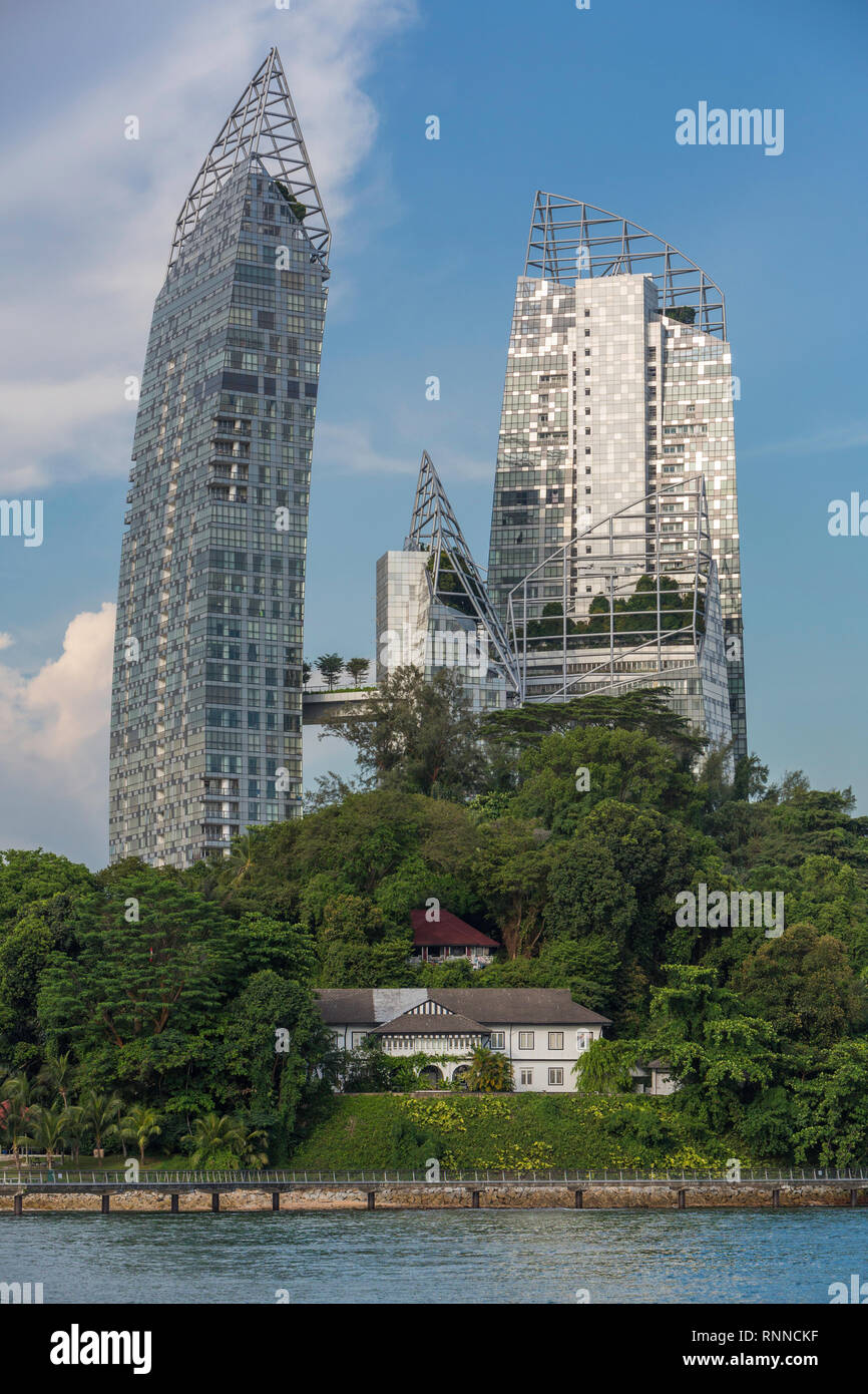 Singapore Juxtaposition of Old and New: Daniel Libeskind's 'Reflections' in Background vs. Harbourmaster's 1920-era House in foreground.  The apparent - Stock Image