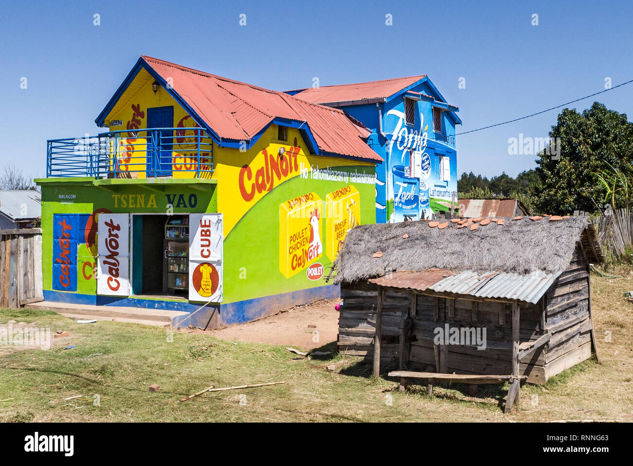 Views  along N7 road from Antsirtabe to Ranomafana National Park Madagascar - houses used to advertise - Calnort stock cubes & Tople Condensed Milk - Stock Image