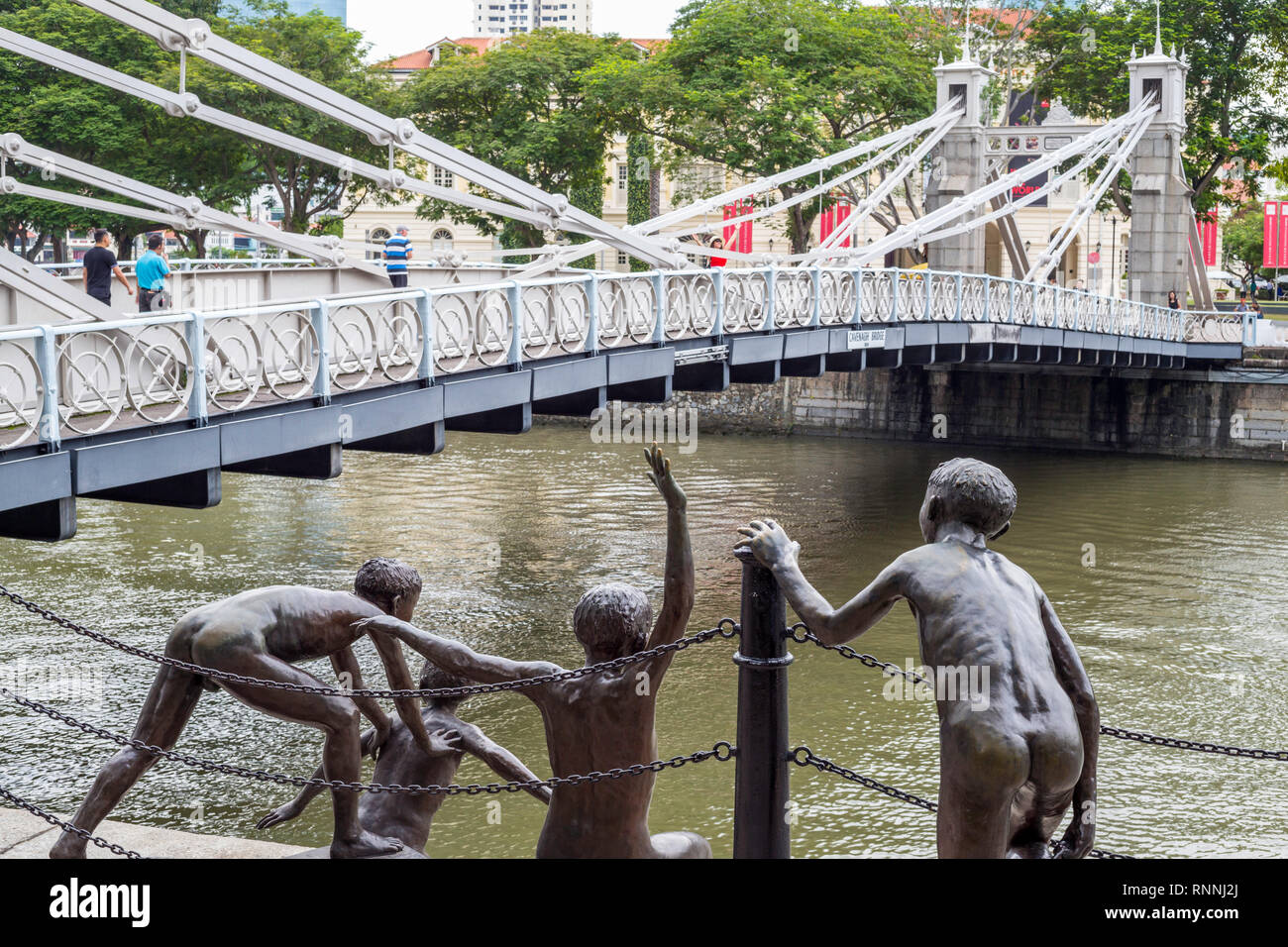 Cavenagh Bridge over Singapore River, 1870, Singapore.  Sculpture 'The First Generation' by Chong Fah Cheong. - Stock Image