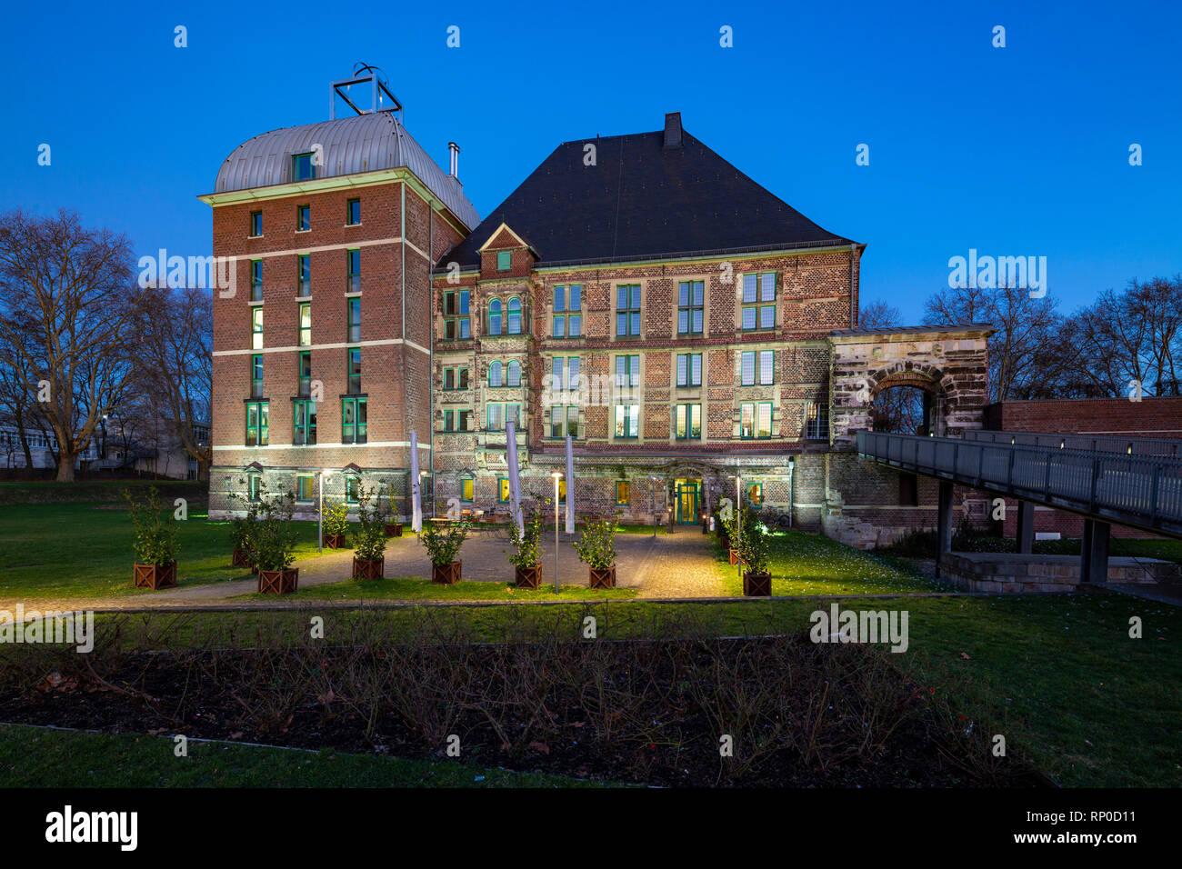D-Gelsenkirchen, D-Gelsenkirchen-Horst, Ruhr area, Westphalia, North Rhine-Westphalia, NRW, Castle Horst, Lippe Renaissance, culture centre, museum, registry office, restaurant, castle gate, archway, Bossage, rustic quoins, evening, twilight, blue hour, illumination - Stock Image