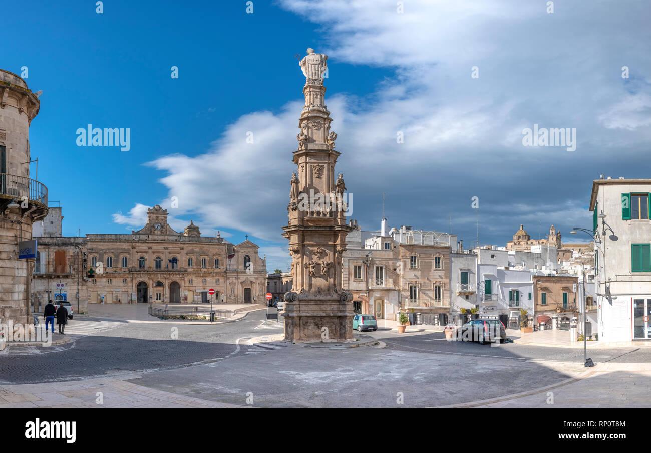 Obelisco Sant'Oronzo obelisk ( Colonna di Sant'Oronzo ) in main square of Ostuni (Piazza della Liberta square). Ostuni, Puglia, Italy. White city - Stock Image