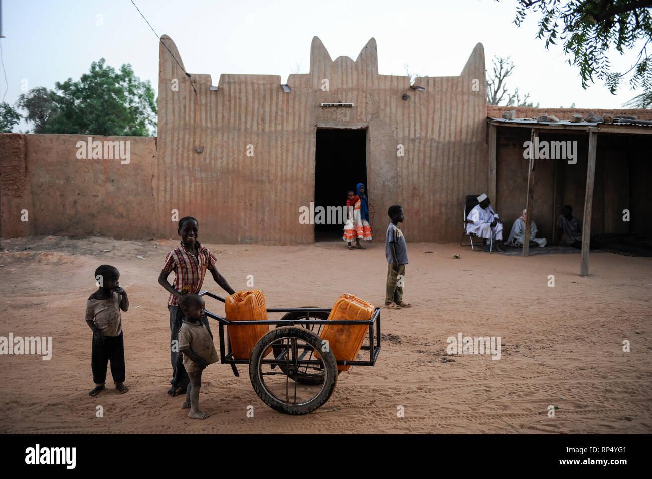 NIGER , Sahel, Zinder, mosque and water supply in village BABAN TAPKI / Wasserversorgung, Dorfbewohner holen Wasser von einem Brunnen Stock Photo