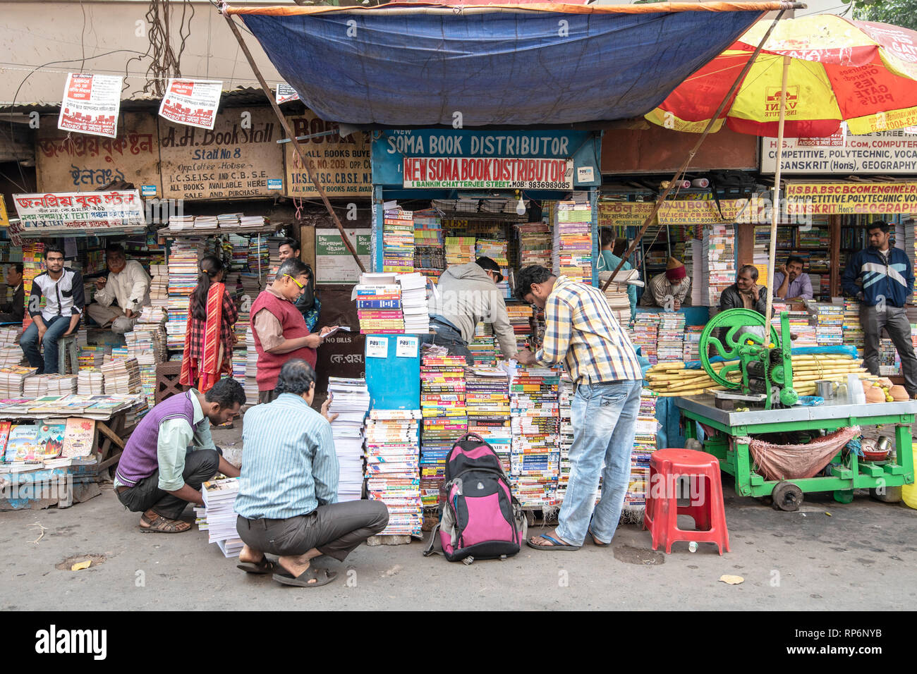 Educational book sellers in kolkata with many local people looking browsing for books to buy. - Stock Image