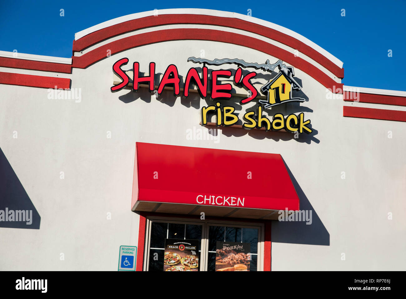A logo sign outside of a Shane's Rib Shack restaurant location in Fredericksburg, Virginia on February 19, 2019. - Stock Image
