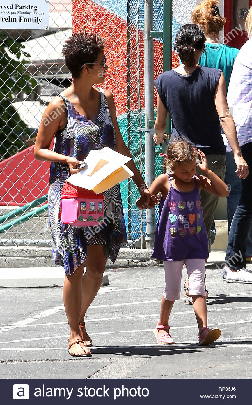 Los Angeles, CA - Expectant mom Halle Berry picks up her