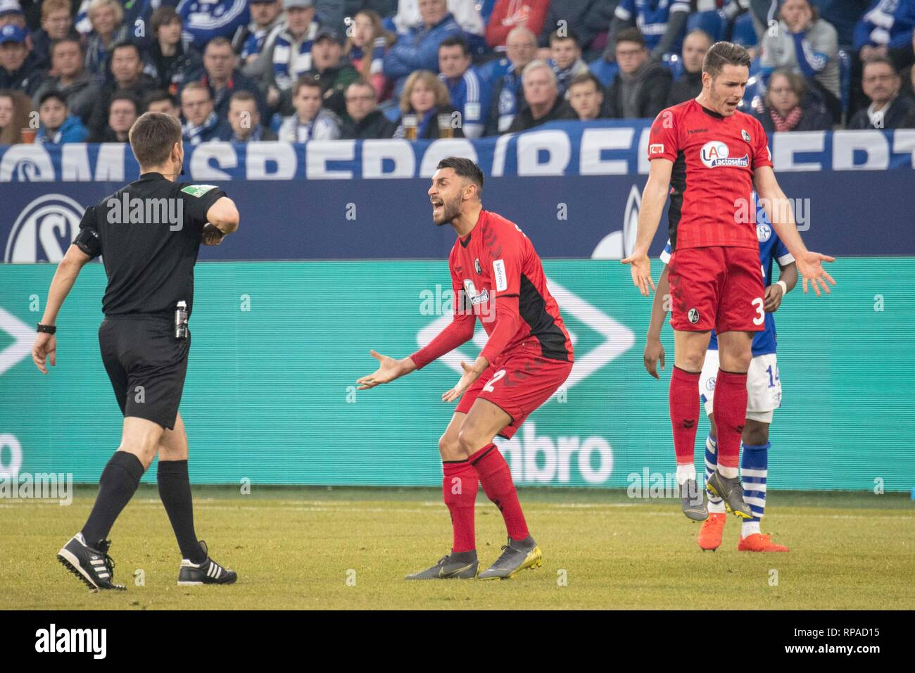 That's about to go up in the air; Christian GUENTER (Gunter, FR, r.) Can not understand that he receives a yellow card (after duels with Weston McKennie, not in the picture); also Vincenzo GRIFO s (FR, Mi.) gestereichreiche complaint finds referee Frank WILLENBORG (GER) no Gehoer; Emotions, complaint, complaint; bewilderment; Soccer 1. Bundesliga, 22. matchday, FC Schalke 04 (GE) - SC Freiburg (FR) 0: 0, the 16.02.2019 in Gelsenkirchen/Germany. DFL regulations prohibit any use of images as image sequences and/or quasi-video | usage worldwide - Stock Image