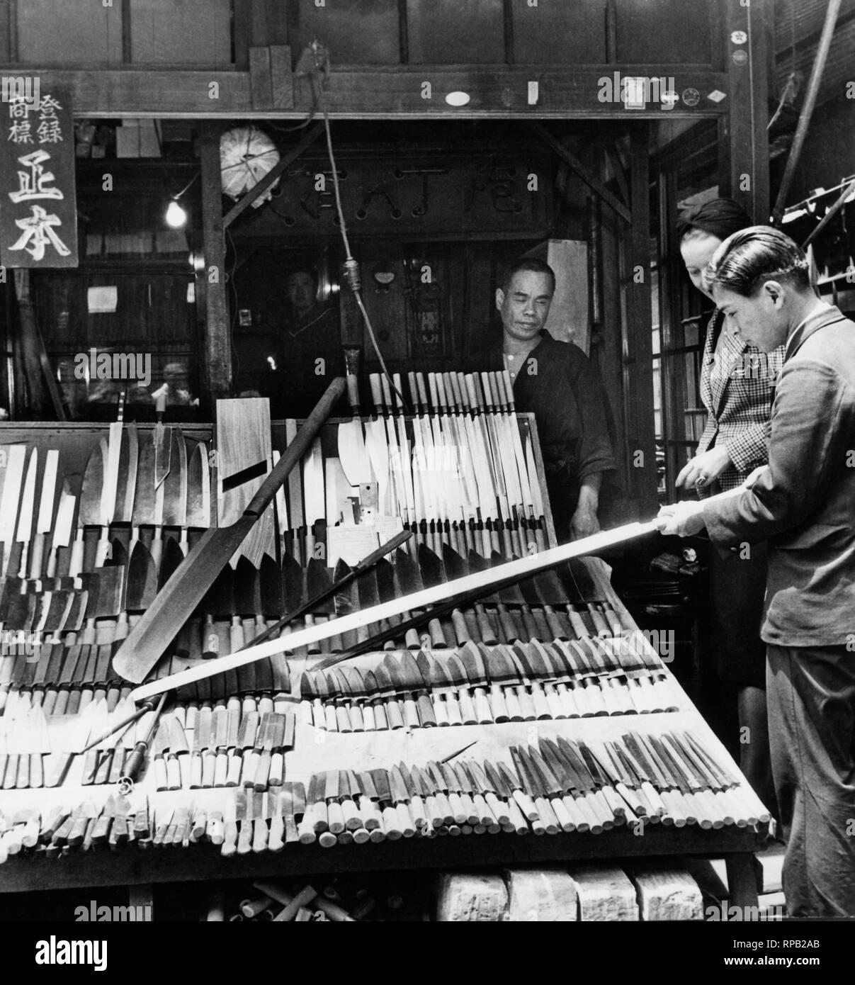japan, tokyo, a seller of knives in the fish market tsukiji, 1953 - Stock Image