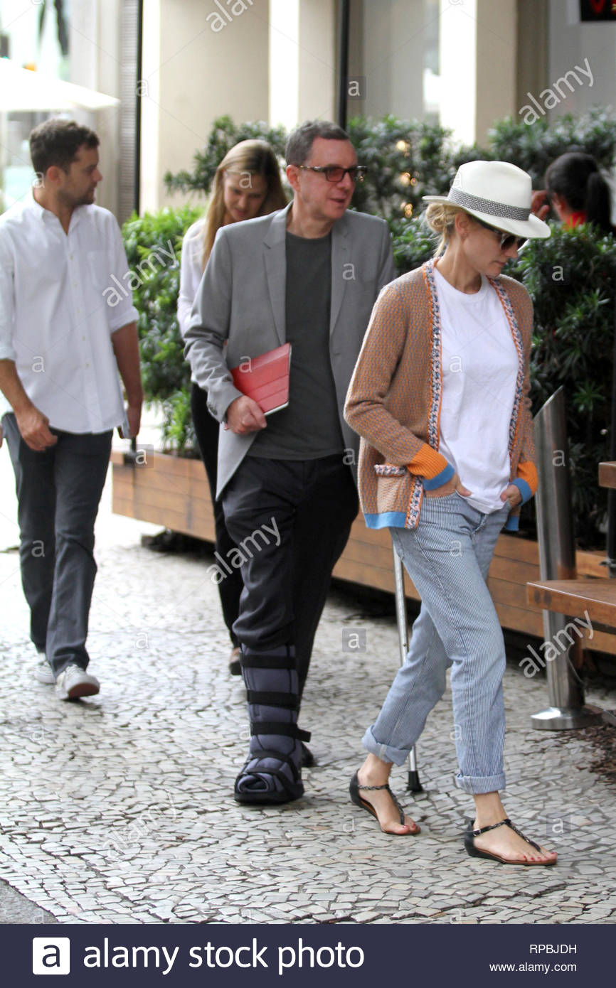 be25d20ba89 ... Diane Kruger and Joshua Jackson dine with friends at a nice restaurant  in Rio de Janeiro. Diane had on a white fedora hat