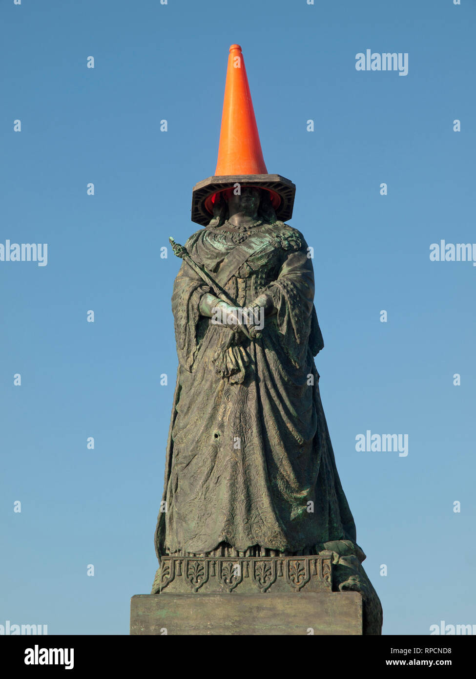 A statue of Queen Victoria with a traffic cone on her head in Hastings - Stock Image