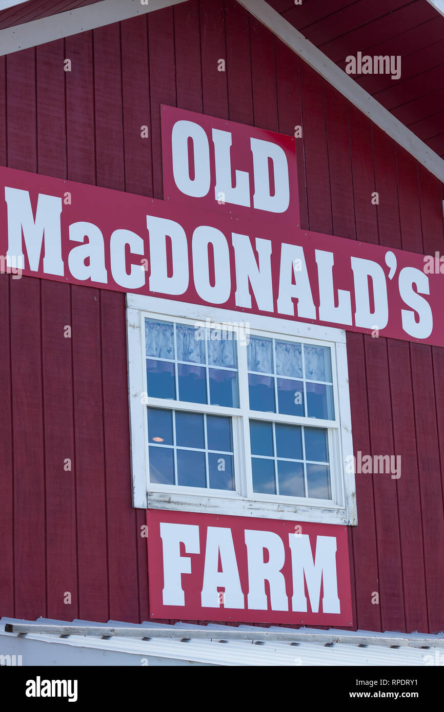 Rapid City South Dakota June 10 2014 The Side Of A Traditional Red And White Barn With A Window And Sign For Old Macdonald S Farm In Rapid City Stock Photo Alamy