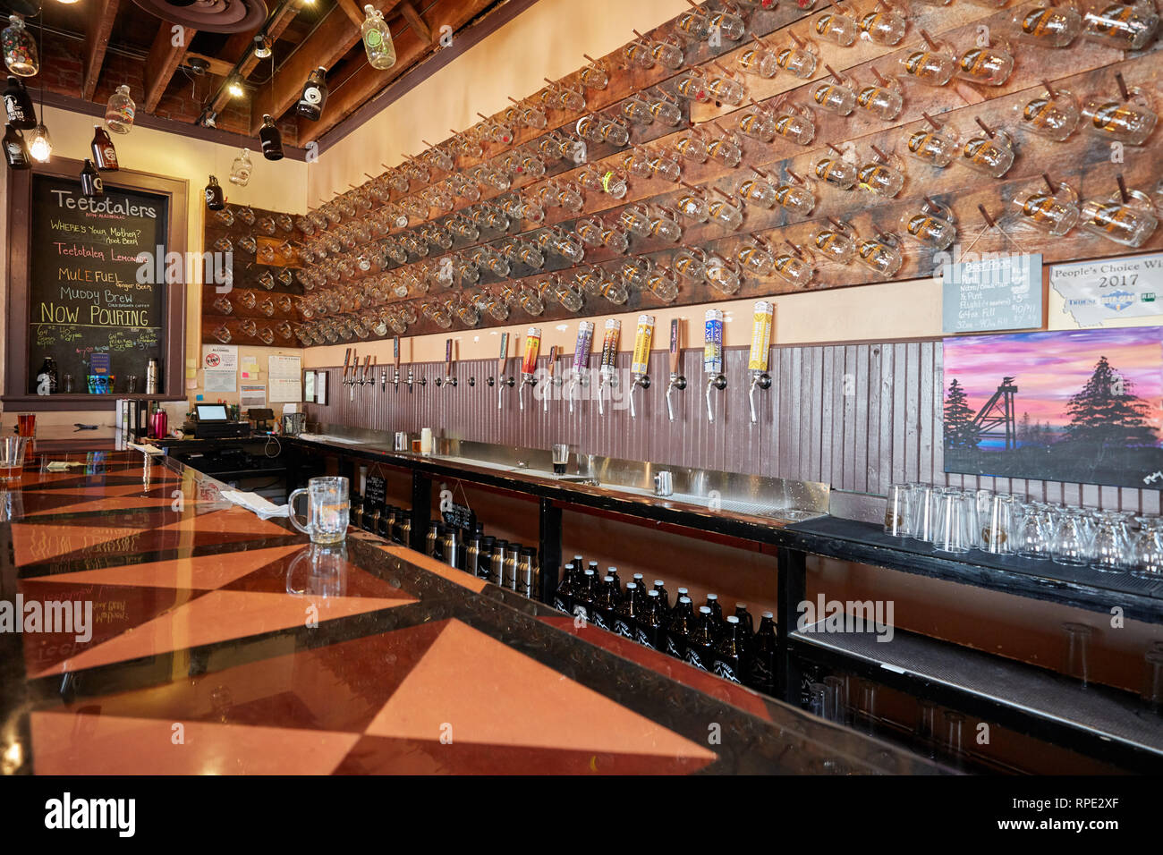 The bar at Muddy Creek Brewery in Butte, Montana - Stock Image