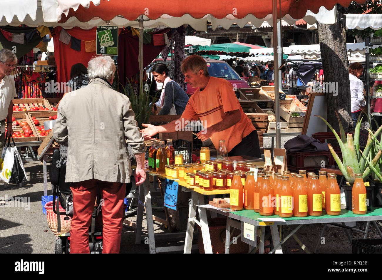 The busy market at Mirepoix, Ariege, Occitanie, France - Stock Image