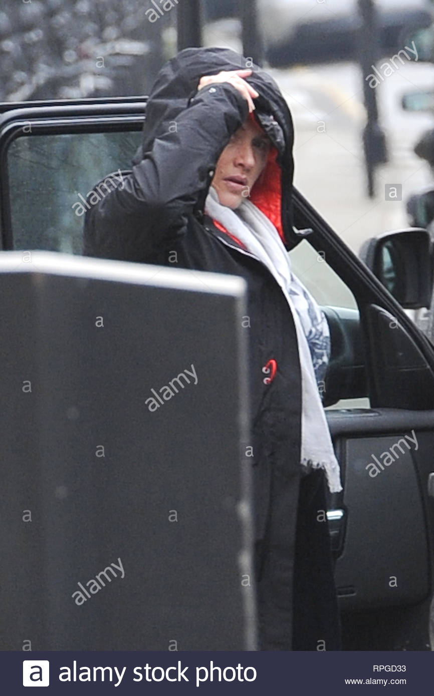 USA ONLY** London, UK - A heavily pregnant Kate Winslet